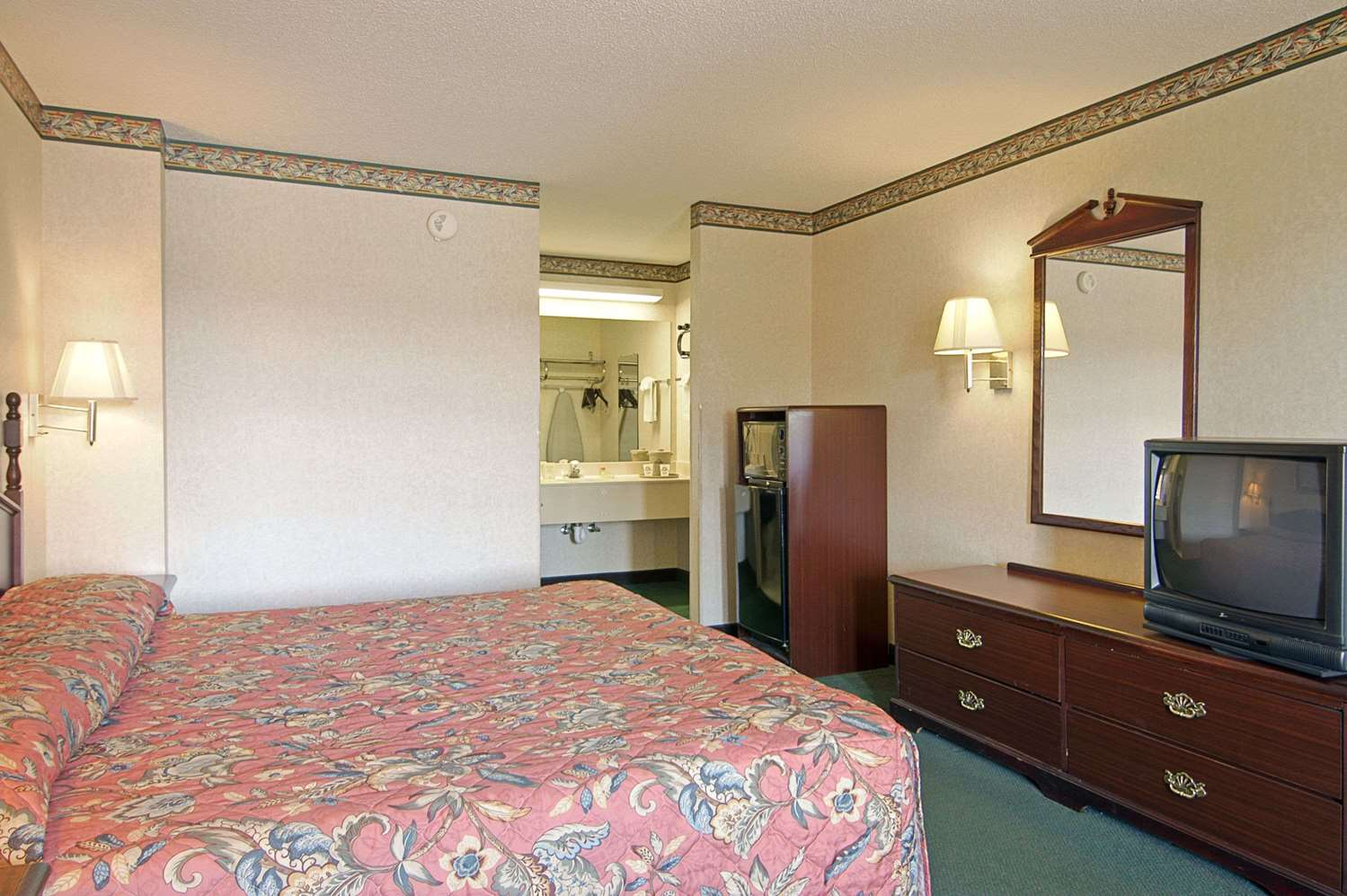 Room - Days Inn & Suites Fort Valley
