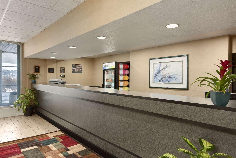 Lobby - Ramada Inn Hazleton