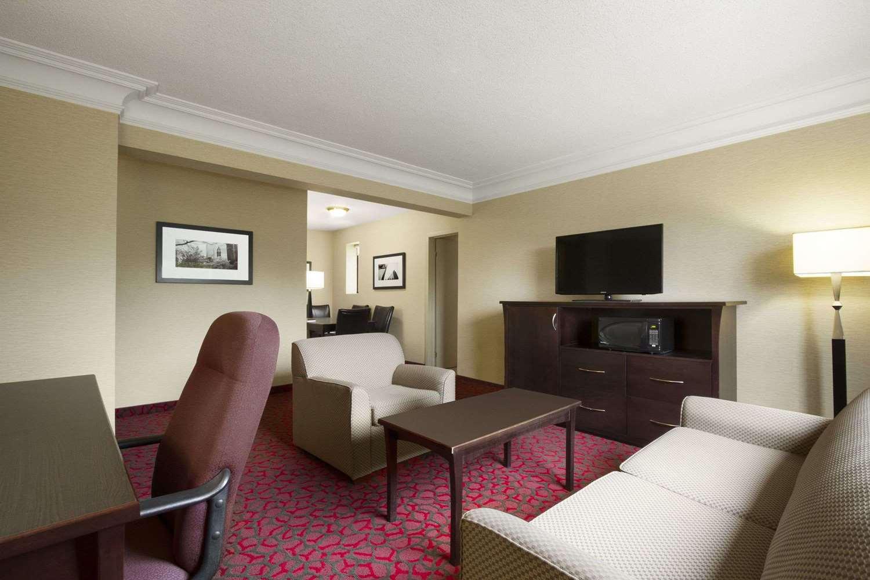 Suite - Ramada Plaza Hotel Downtown Toronto