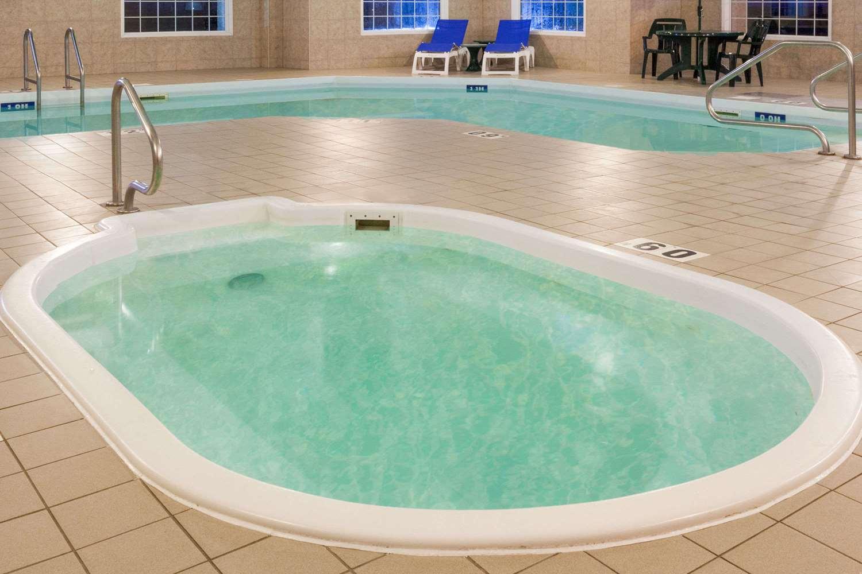 Pool - Super 8 Hotel Morden