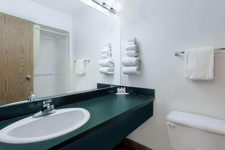 Room - Super 8 Hotel Morden