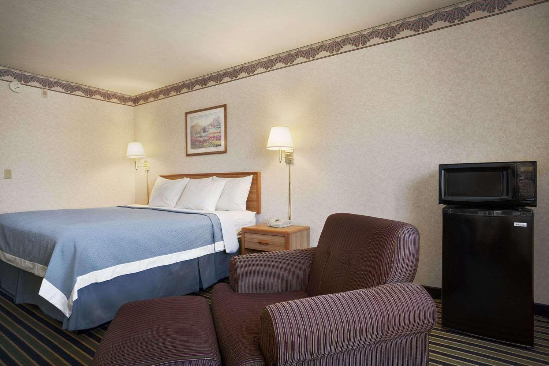 Room - Days Inn Springville
