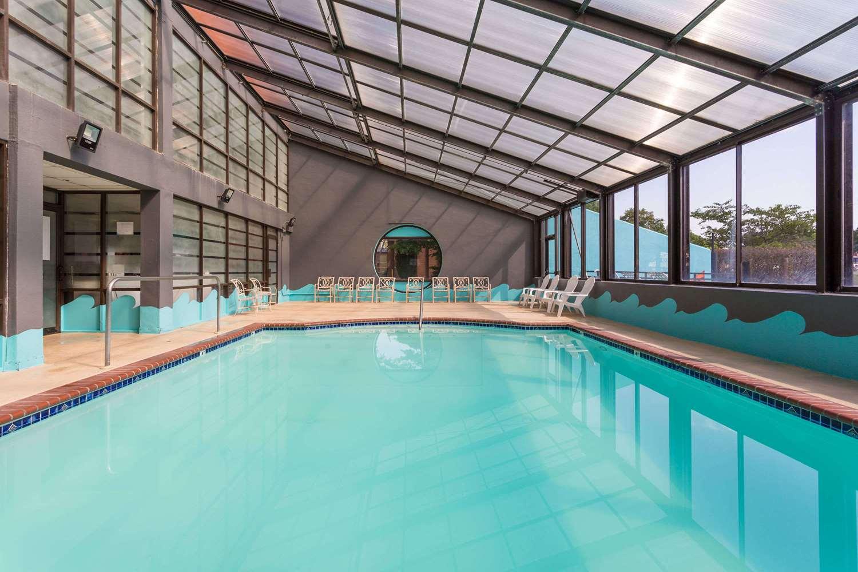 Pool - Howard Johnson Inn Richmond Road Williamsburg