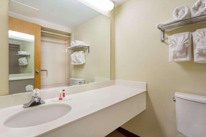 Room - Howard Johnson Inn Richmond Road Williamsburg
