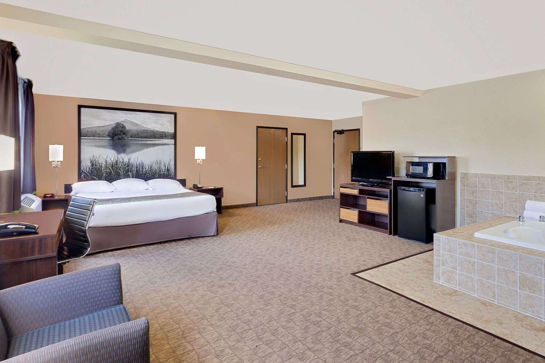 Suite - Super 8 Hotel Lebanon