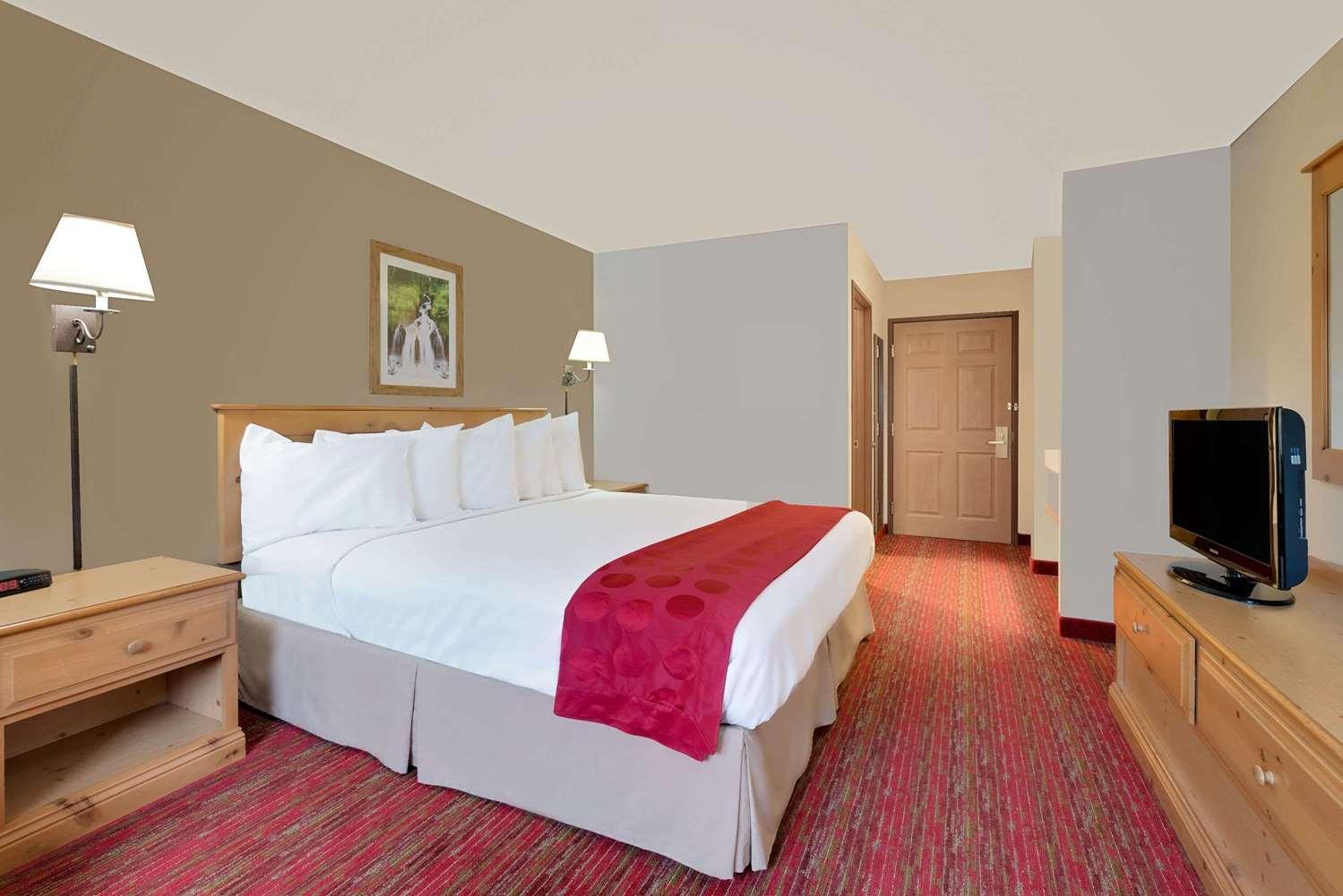 Room - Ramada Inn Black Hawk
