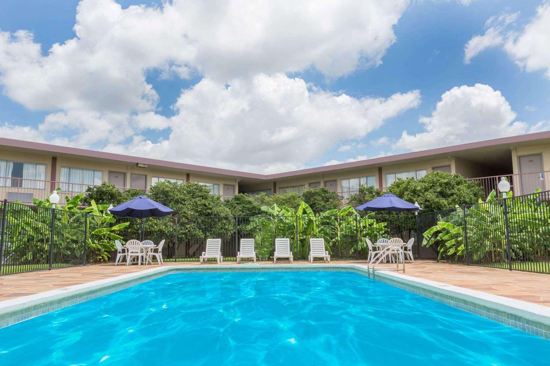 Pool - Travelodge Shreveport
