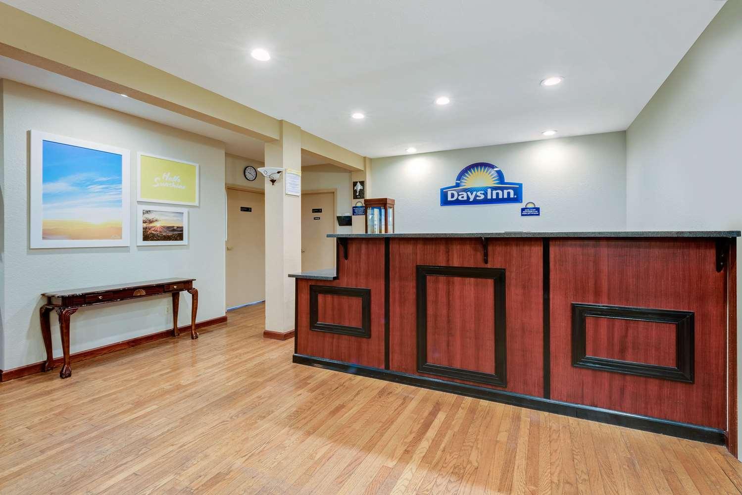Lobby - Days Inn Fairmont