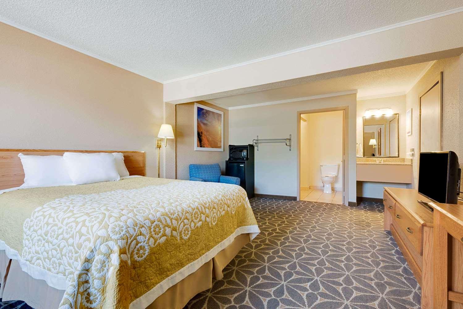 Room - Days Inn Fairmont