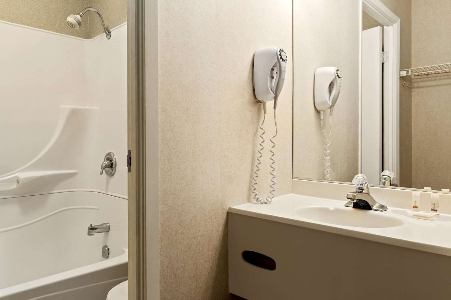 Room - Days Inn Trois-Rivieres