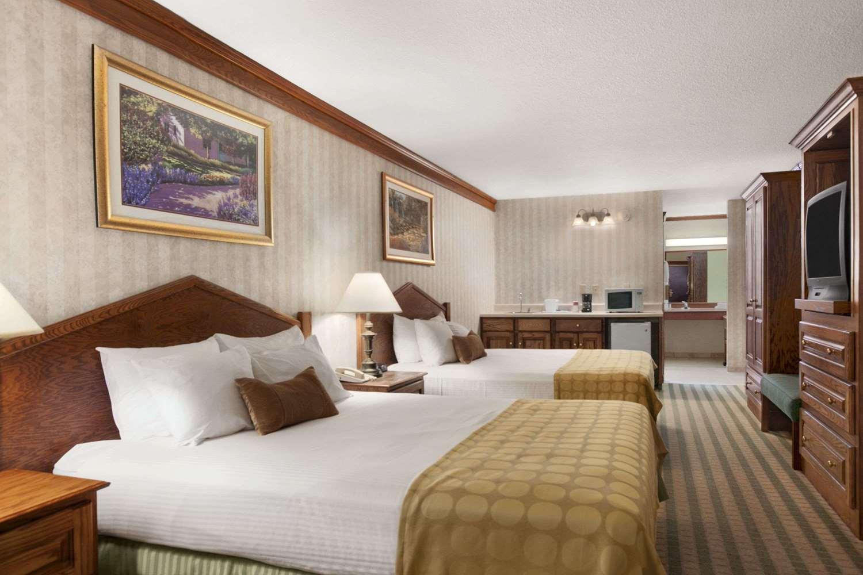 Room - Ramada Inn & Suites Saginaw