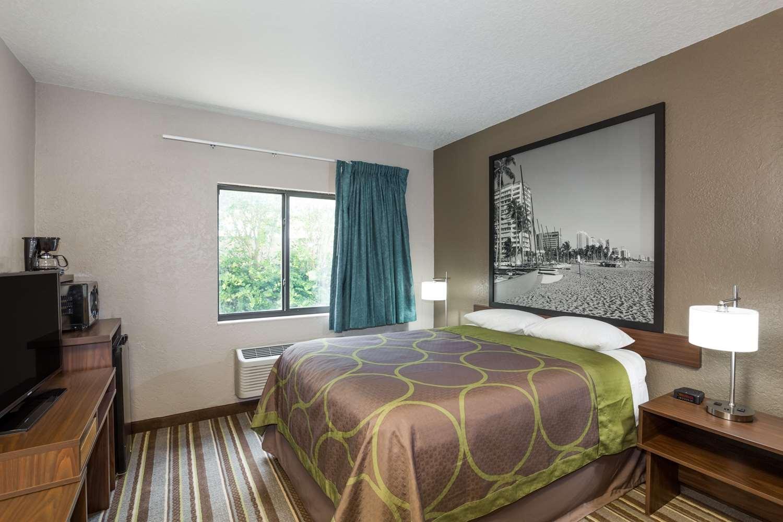 Room - Super 8 Hotel Pompano Beach