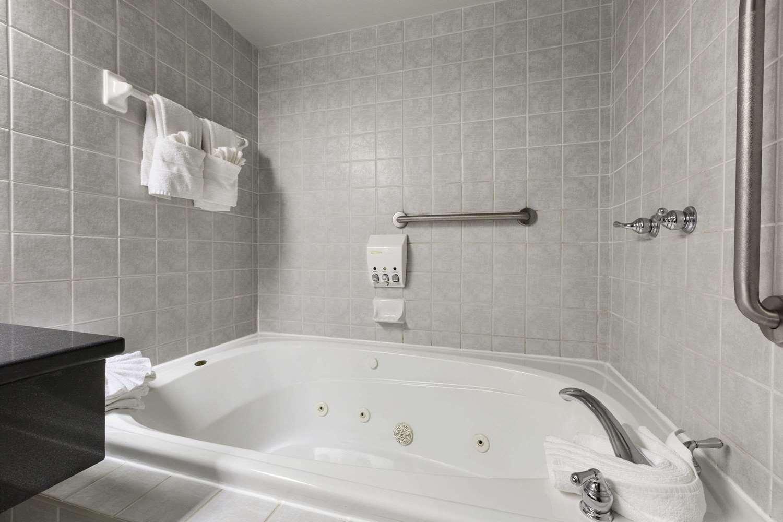 Suite - Days Inn Nepean Ottawa