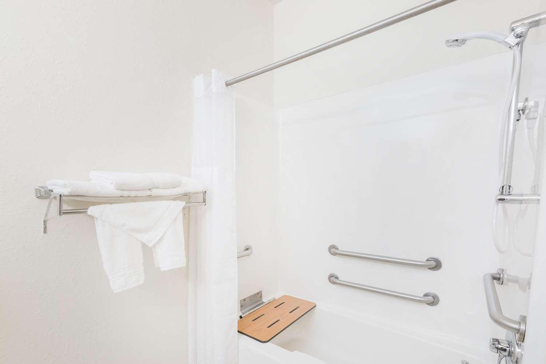 Room - Super 8 Hotel Holton