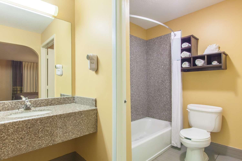 Room - Super 8 Hotel Northwest Houston