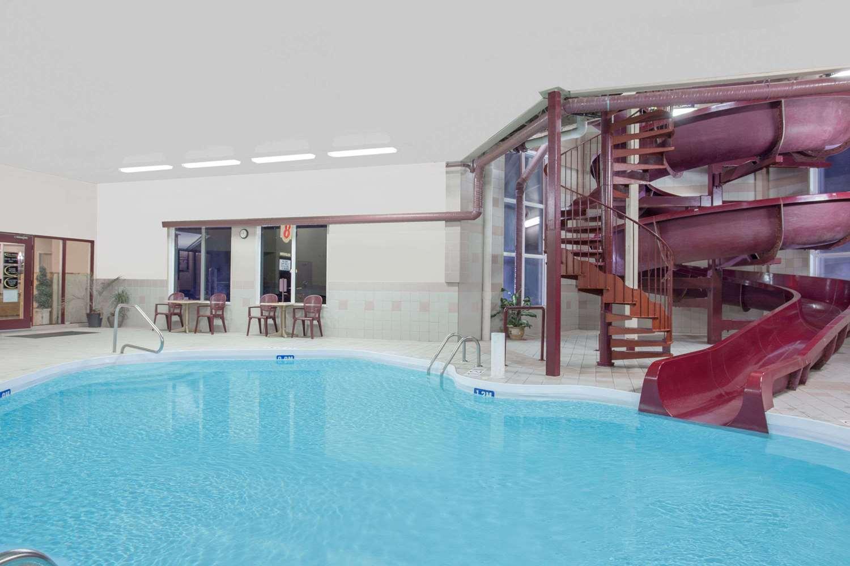 Pool - Super 8 Hotel Portage la Prairie