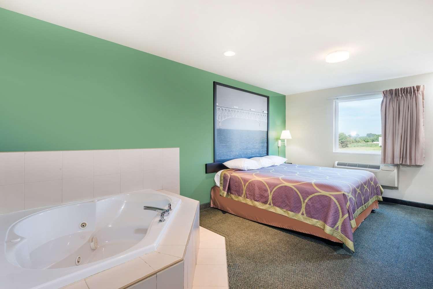 Suite - Super 8 Hotel Halfway Hagerstown