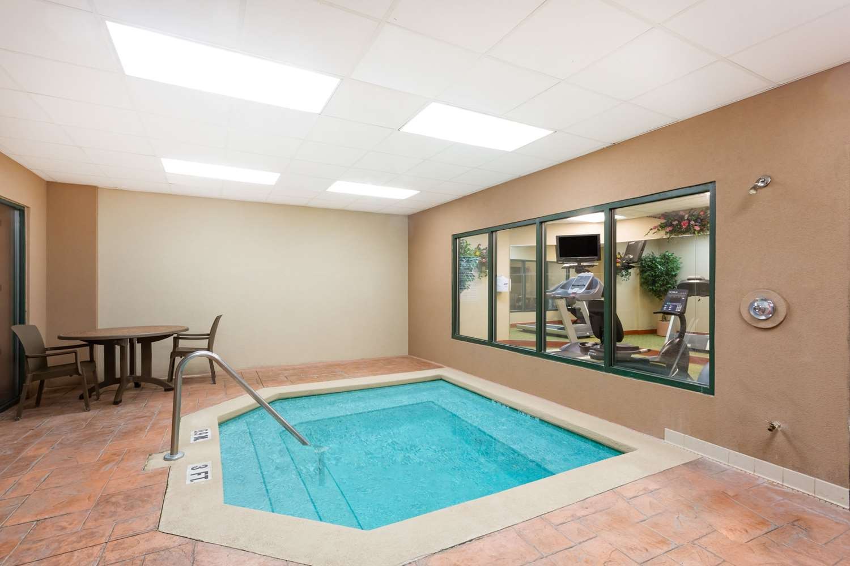 Pool - Wingate by Wyndham Hotel Airport Orlando