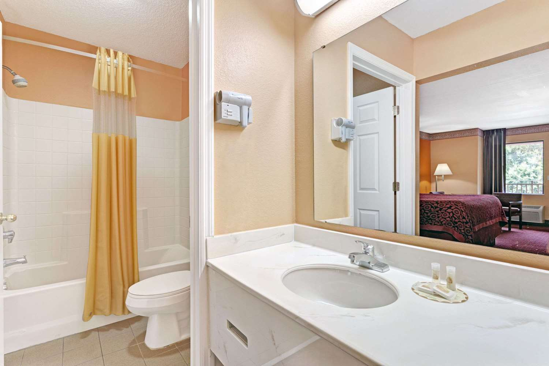 Room - Days Inn Daytona Beach