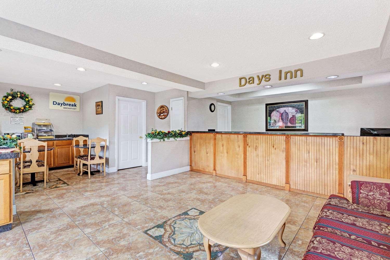 Lobby - Days Inn Daytona Beach