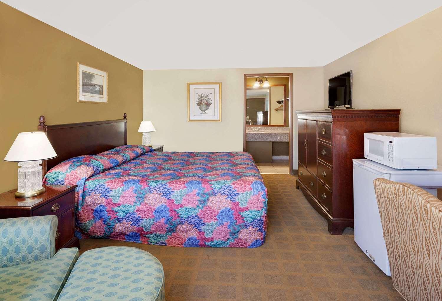 Room - Knights Inn Bridgeport