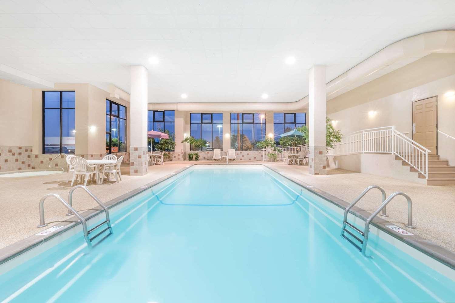 Pool - Howard Johnson Express Inn Rapid City