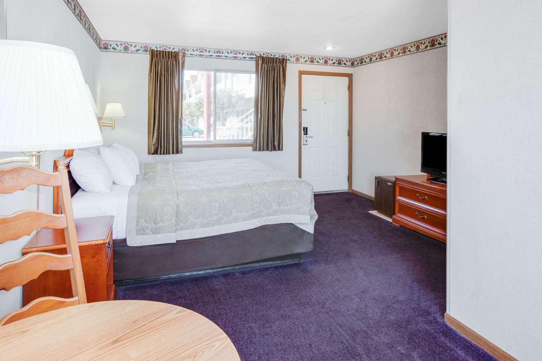 Room - Super 8 Hotel Beachfront Area Mackinaw City