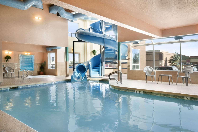 Pool - Days Inn Airport Calgary