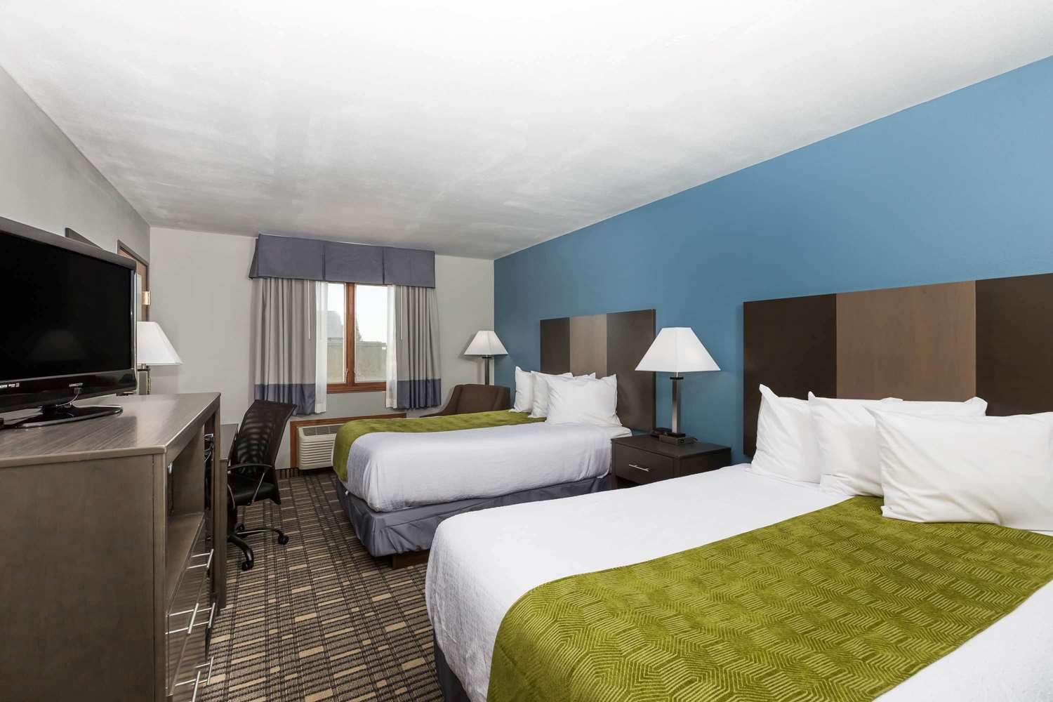 Room - Baymont Inn & Suites Pella