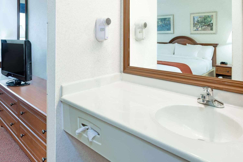 Room - Baymont Inn & Suites Howell