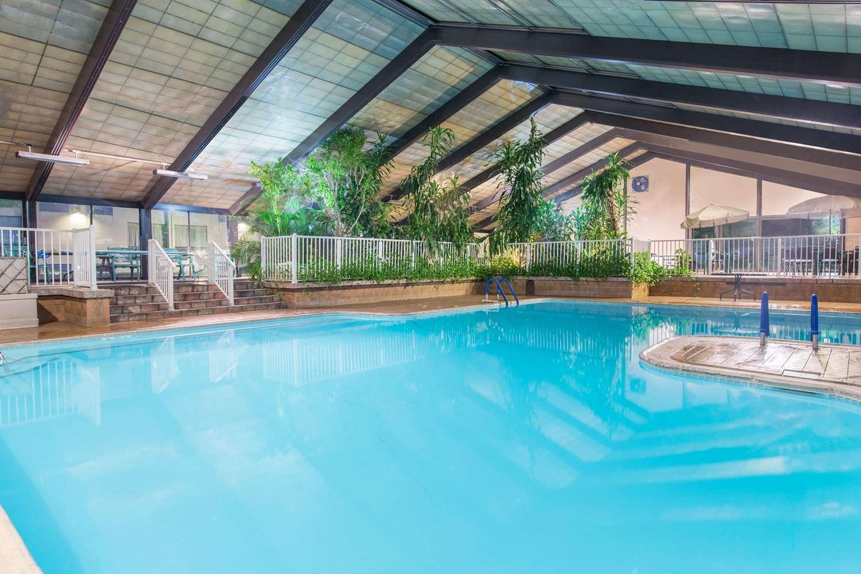 Pool - Howard Johnson Inn Bartonsville