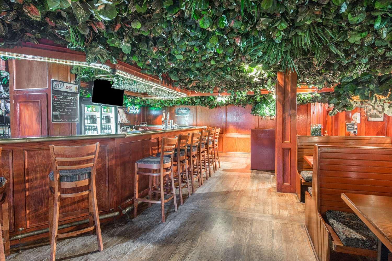 Bar - Howard Johnson Inn Bartonsville