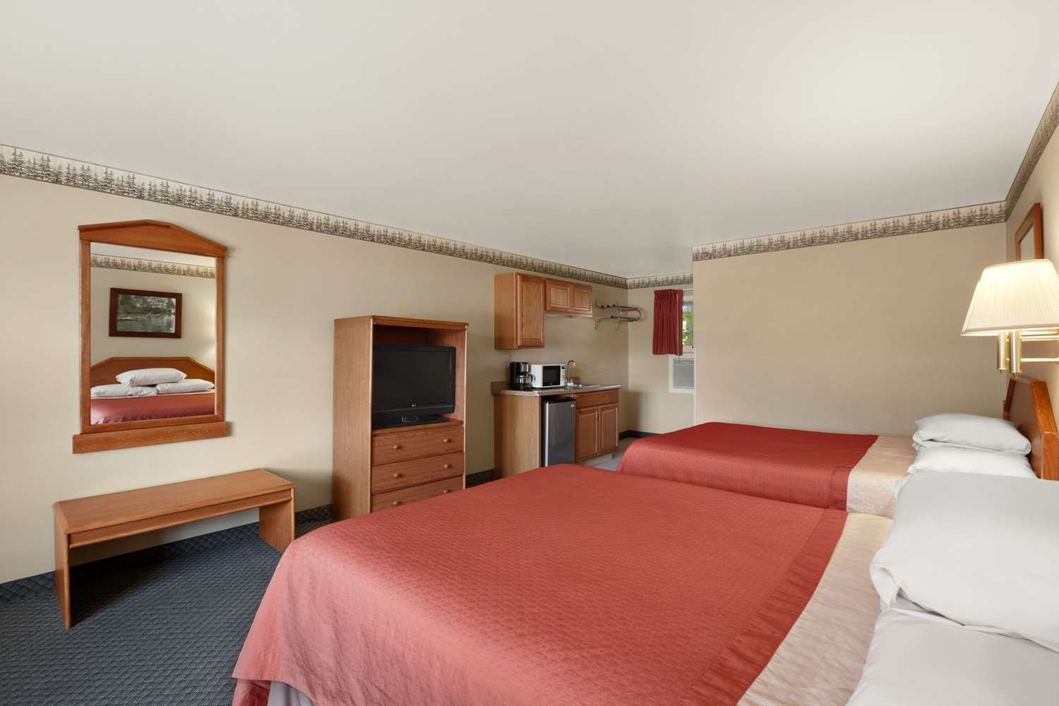 Suite - Super 8 Hotel Downtown Lake George