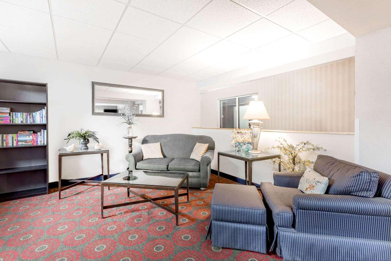 Lobby - Days Inn Cedar Falls