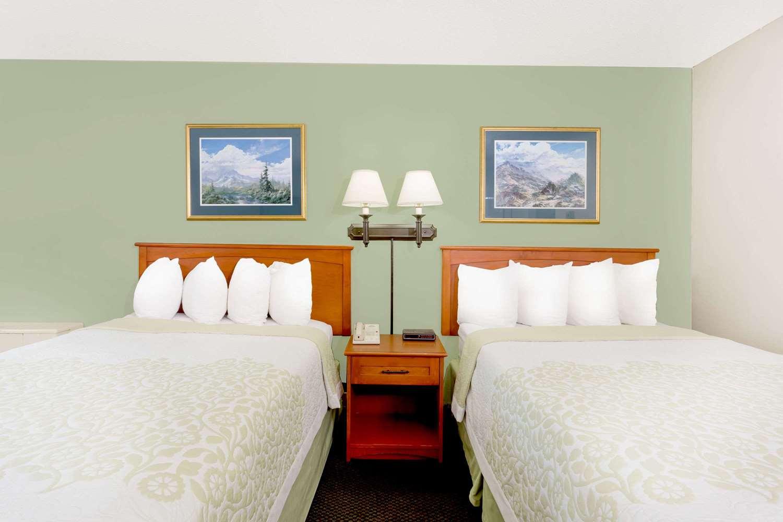 Room - Days Inn Cedar Falls