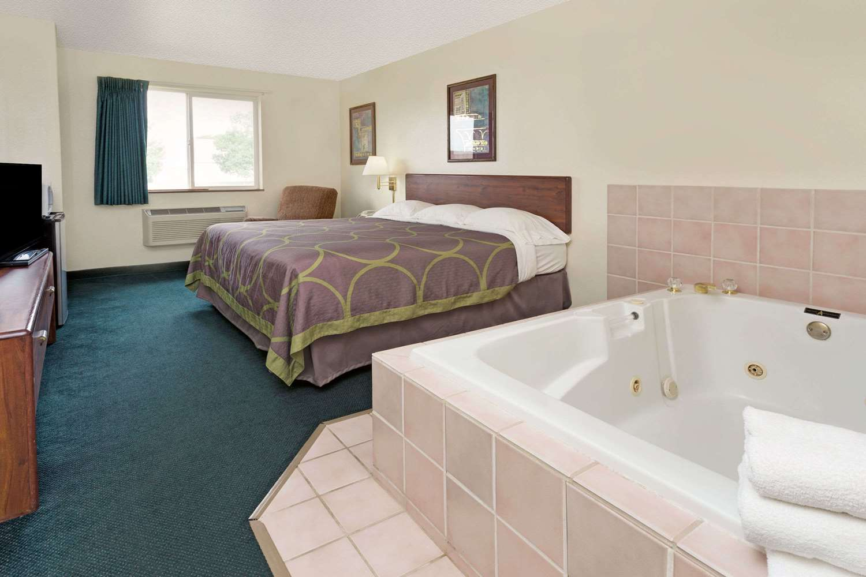 Suite - Super 8 Hotel Windsor