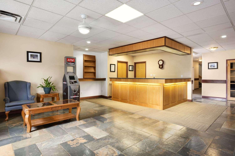 Lobby - Days Inn Hinton