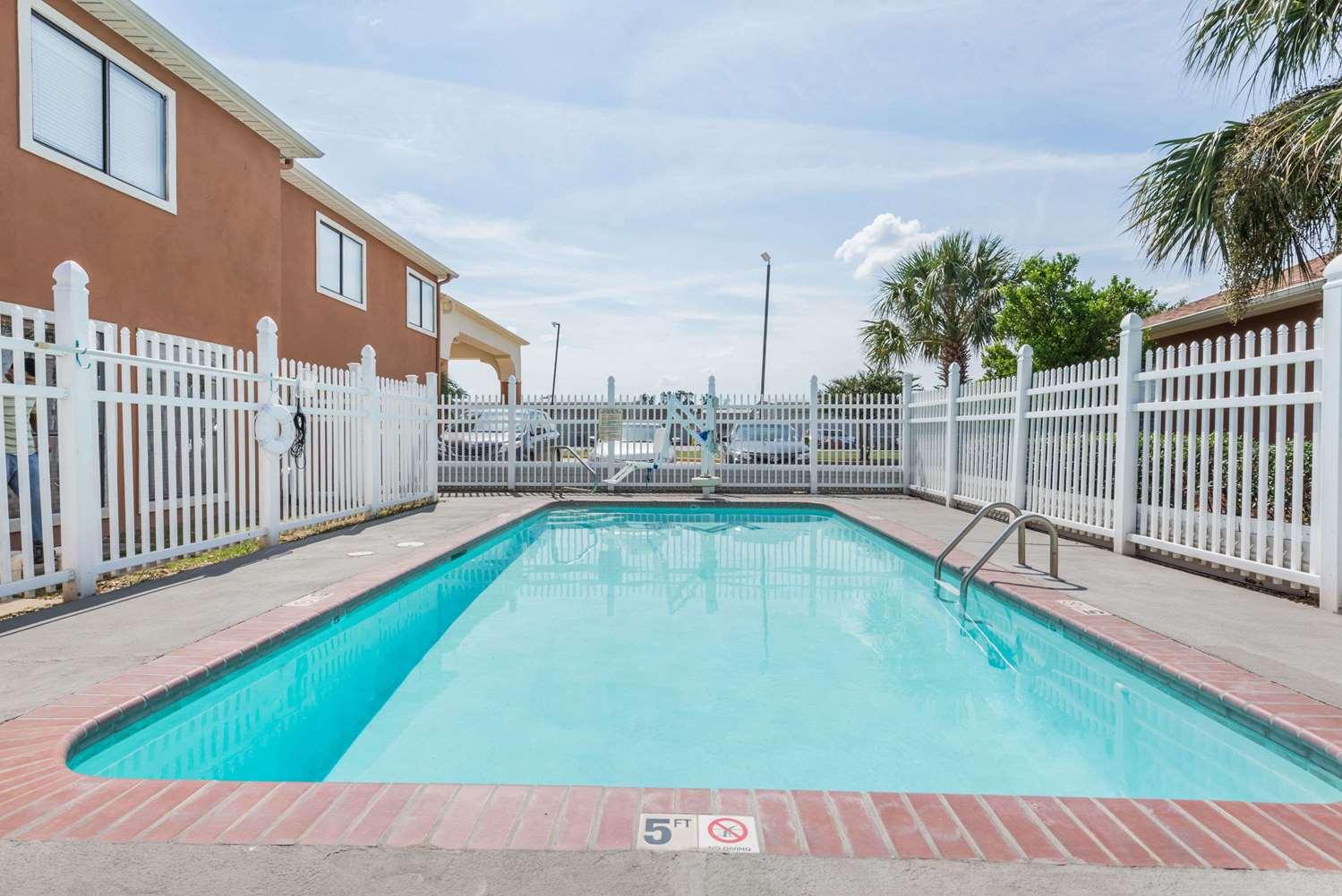 Pool - Days Inn Sulphur