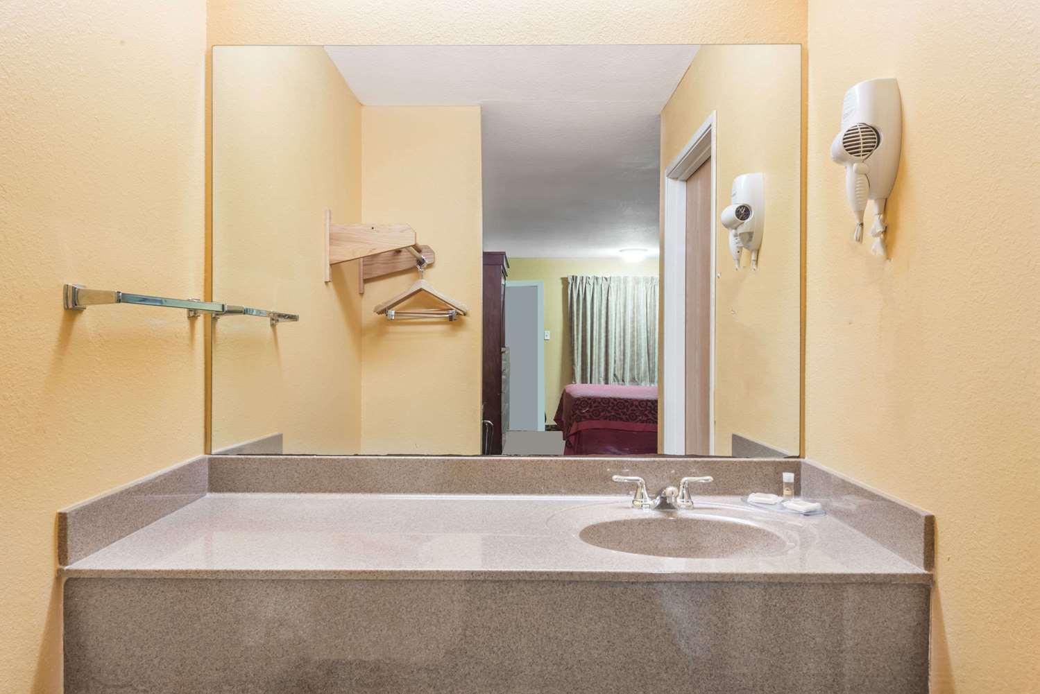Room - Days Inn Sulphur