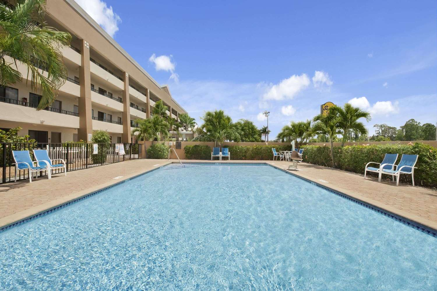 Pool - Super 8 Hotel Fort Myers