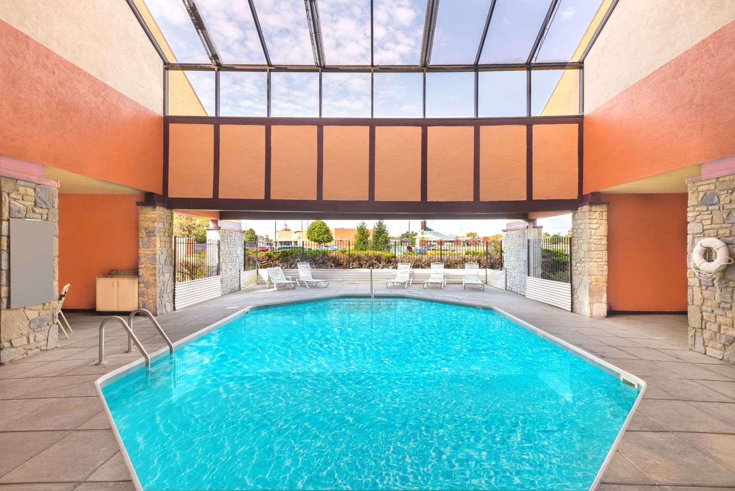 Pool - Super 8 Hotel Dayton International Airport Vandalia