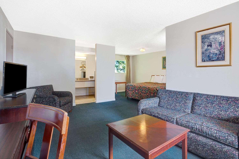 Suite - Days Inn Everett