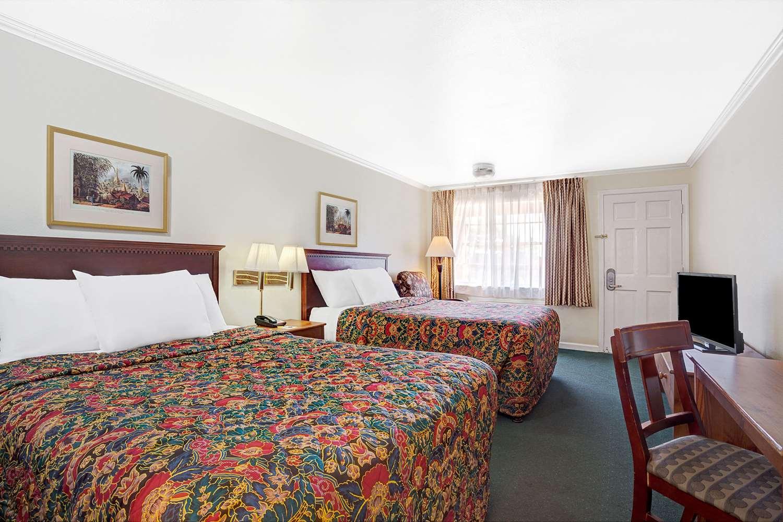 Room - Days Inn Everett