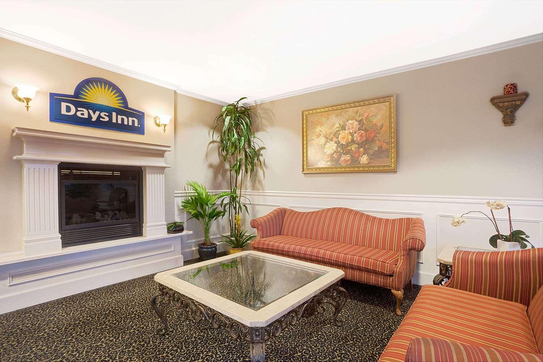 Lobby - Days Inn Everett