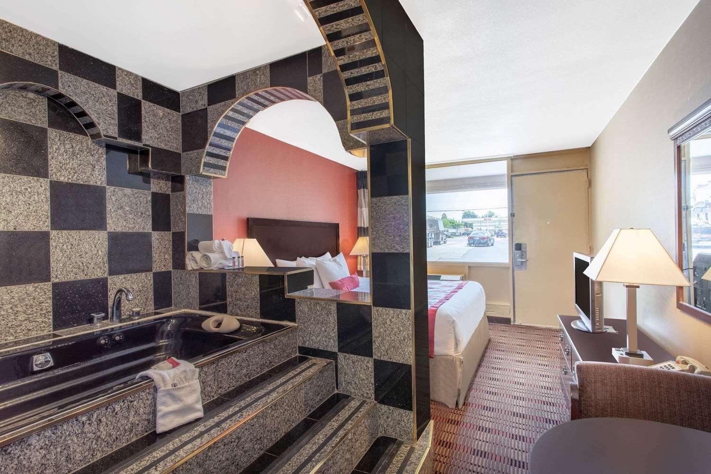 Suite - Ramada Limited Hotel Cockeysville