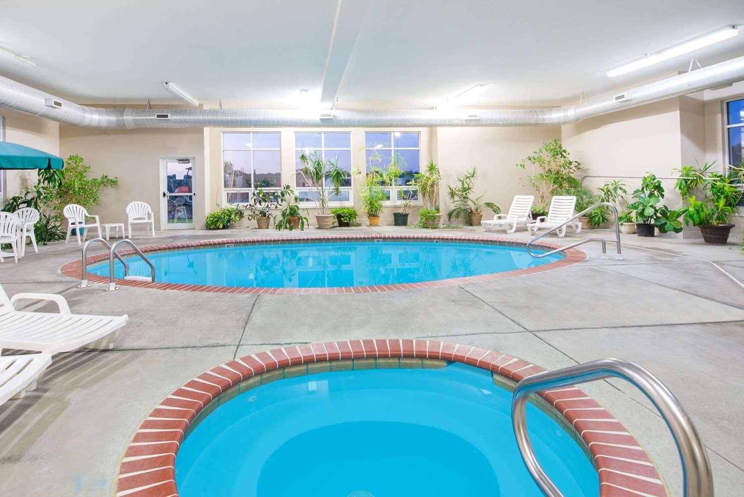 Pool - Super 8 Hotel Iola