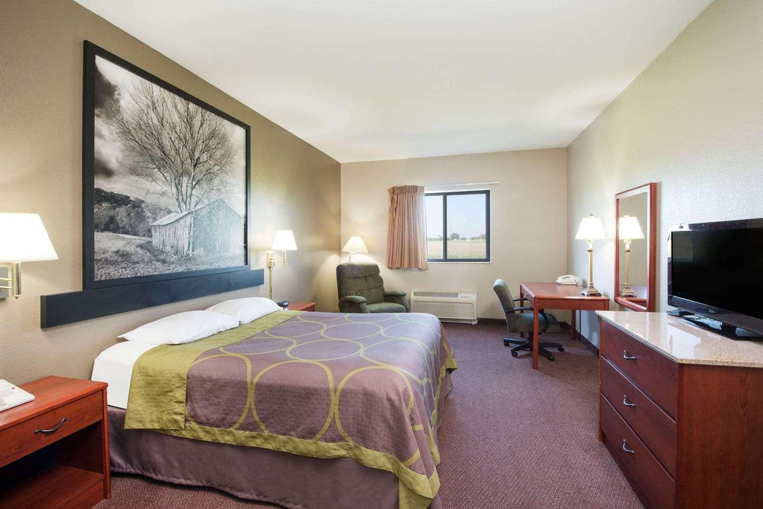 Room - Super 8 Hotel Iola