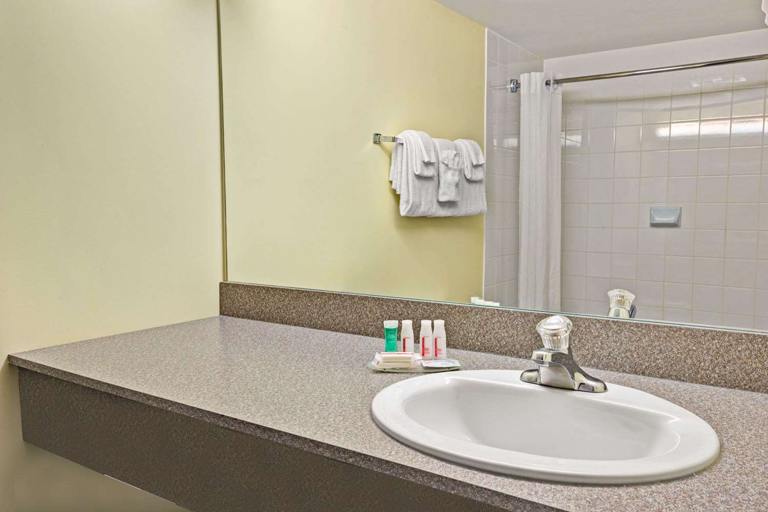 Room - Super 8 Hotel Barrie