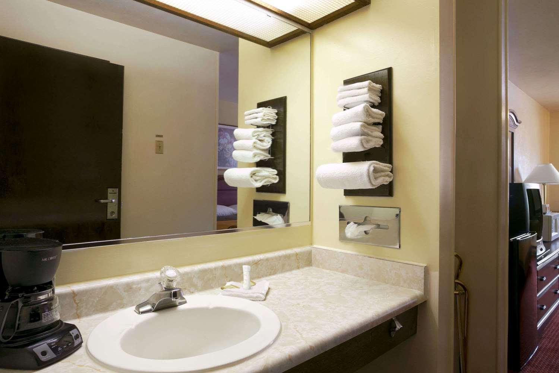 Room - Super 8 Hotel Campus Area Eau Claire