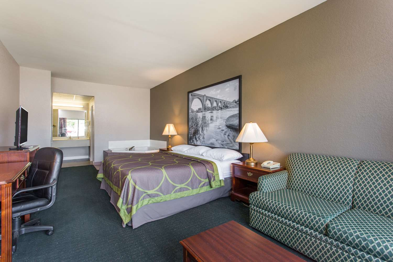 Suite - Super 8 Hotel Petersburg